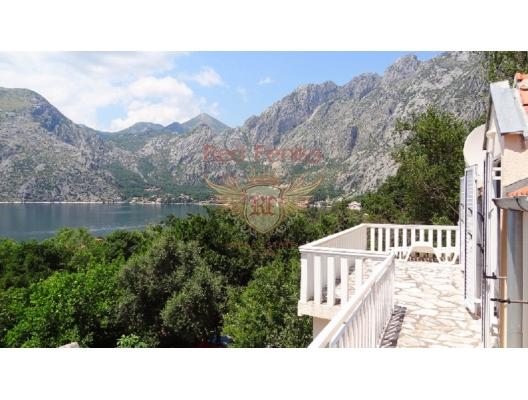 Ljuta'da denize yakın geniş ev satılıktır.