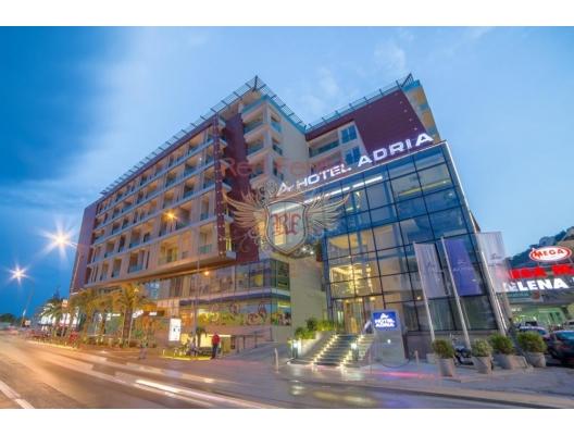 Budva'nın tam merkezindeki en çok talep edilen ve yoğun 4 * otellerden birinde yer alan, ticari ve turistik merkezi olan Karadağ kıyısında yer alan, yüksek sınıf bir ticari mülk ünitesi.