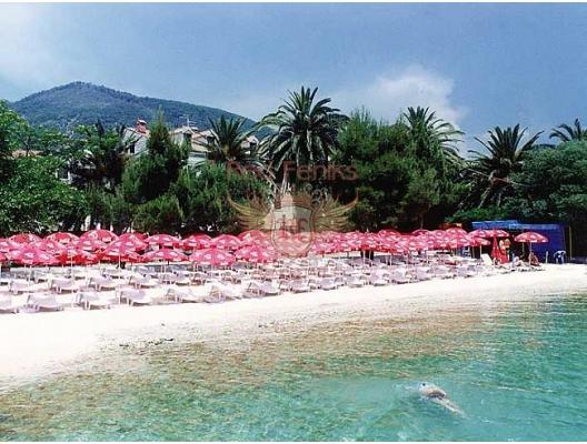 Parcela se nalazi samo 200 metara od mora i okružena je živom ogradom.