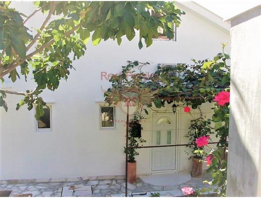 Igalo bahçeli büyük bir şekilde döşenmiş ev, Karadağ da satılık havuzlu villa, Karadağ da satılık deniz manzaralı villa, Baosici satılık müstakil ev