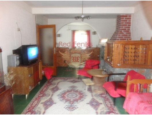 The area of the house is 144m2, the summer kitchen is 26m2, the area of the plot 700m2.