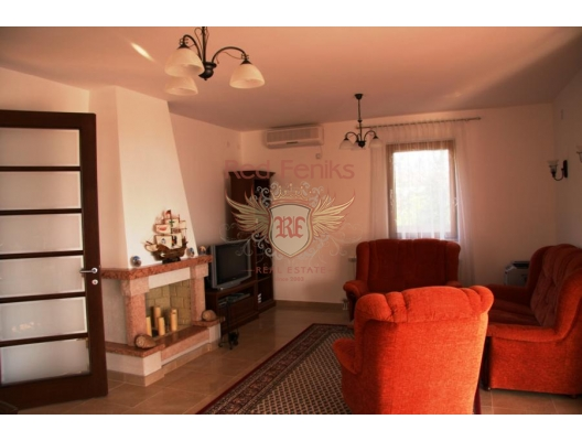 İlk hatta aile evi. Krasici, Karadağ da satılık havuzlu villa, Karadağ da satılık deniz manzaralı villa, Krasici satılık müstakil ev