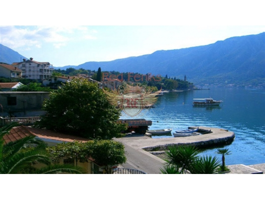 Karadağ Dobrota'da ilk sırada, tüm Kotor Körfezi'nin güzel manzarasına sahip 250 yıllık eski bir taş ev satılıktır.