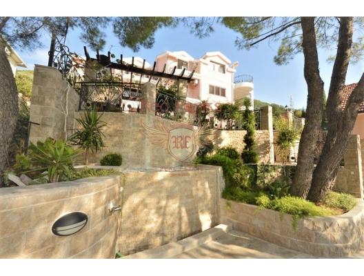 Büyük bir bölge ve altyapı ile lüks bir villada satılık daire.