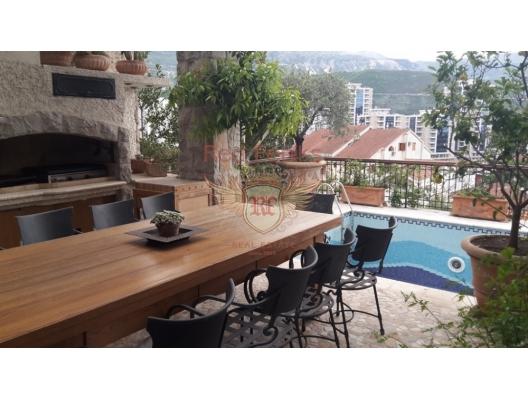 Satılık lüks villa Budva'nın eski kentine 200 metre mesafededir.