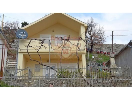 76m2 artı teras alanı köy Markovici bölgesinde satılık iki katlı ev.