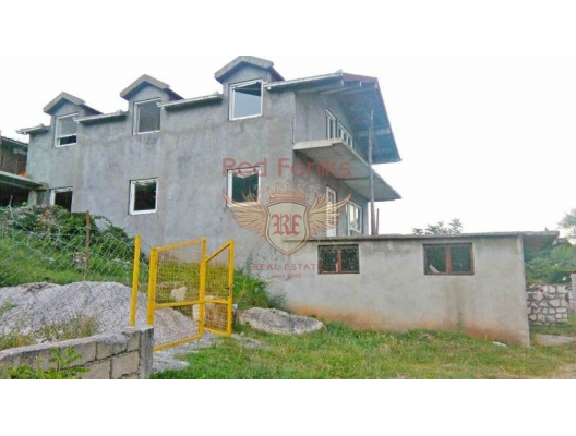 The house is located 300 meters from the Skadar Lake, in the village of Gluh Do.