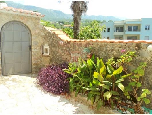 İki odalı bir daire, Becici'de üç katlı bir taş evin zemin katında yer almaktadır.
