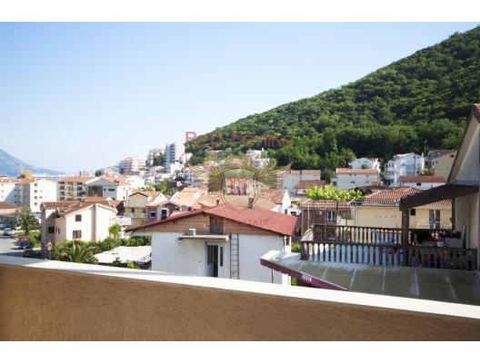 Deniz ve yeşil dağların panoramik manzarasına sahip 2.