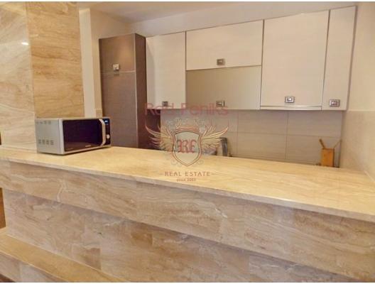 92 m2'lik bir alana sahip olan Budva'da geniş daire.