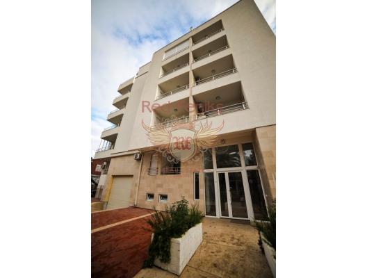 Budva'nın merkezinde sakin bir sokakta, birlikte 2 daire satılıktır: stüdyo daire + teraslı 1 yatak odalı daire! Her iki daire de aynı evde, birinci kattadır.