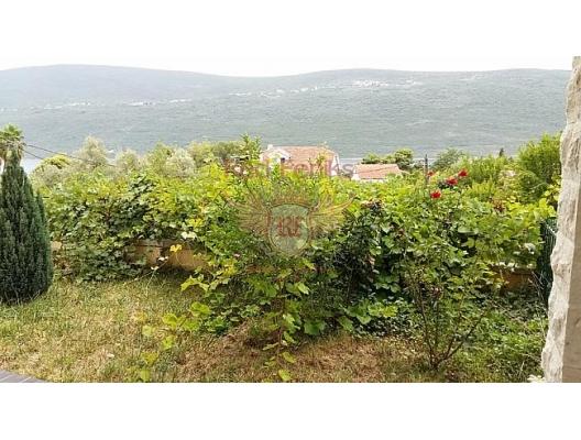 Satılık küçük bir bahçeye sahip konforlu daire, Plaja düz bir çizgi ile 75 metre uzaklıkta, çok yeşil ve huzurlu bir yer.