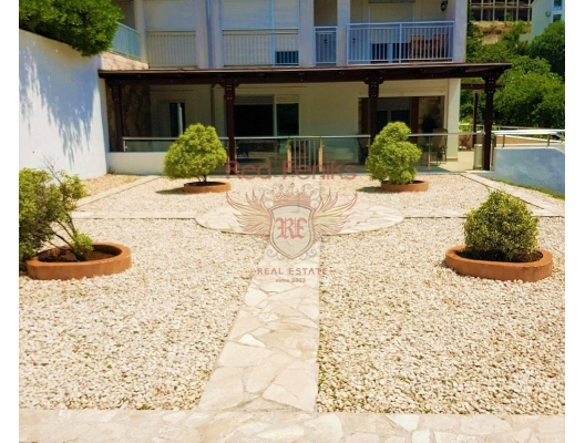 Spacious apartment With a garden in a Complex with a swimming Pool Dobrota, sea view apartment for sale in Montenegro, buy apartment in Dobrota, house in Kotor-Bay buy