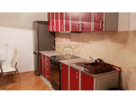Geniş apartman dairesi 2+1 olup Tivat'da bulunmaktadır.