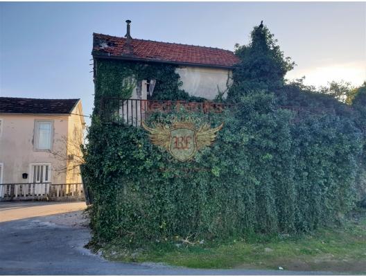 Lustica yarımadasında Radovici'de yeniden yapılanma altında eski bir panoramik ev.