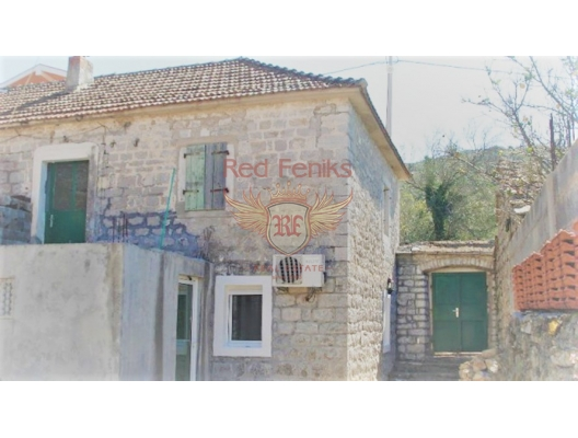 Das Steinhaus zum Verkauf in einer grünen, ruhigen Straße im Dorf Zelenika.