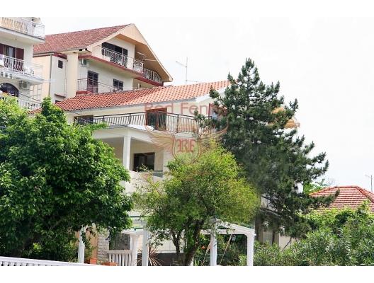 Satılık, gelişmiş bir altyapıya sahip Kumbor köyünde Adriyatik Denizi kıyısında bulunan iki katlı bir villadır.