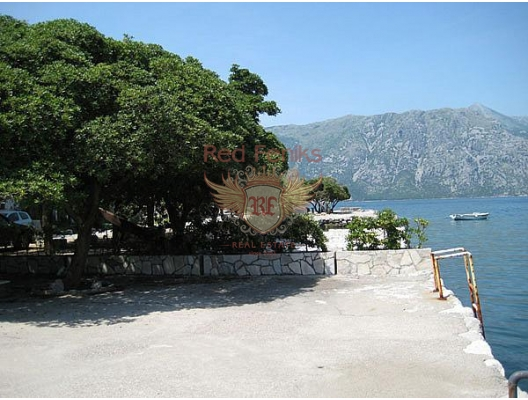 The hotel is located on the first line of the village of Prcanj, near the town of Kotor and the famous resort of Vrmac, on the first line of the sea and has its own pontoon, two parking spaces, a yard of 50 sqm and a terrace behind the house.