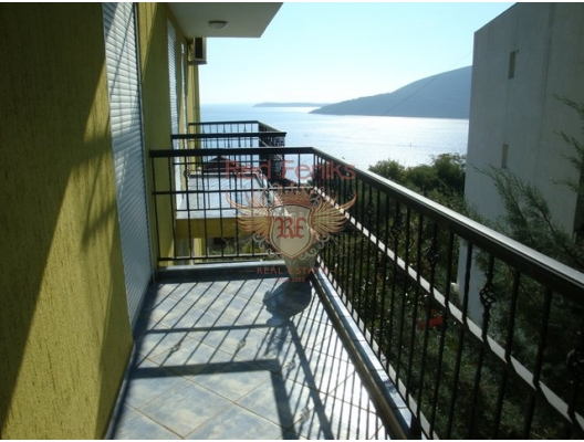 Satılık rahat, güneşli daire küçük bir ayrı yatak odası ve koy manzaralı balkon ve açık Adriyatik erişim 27m2 bir alan.
