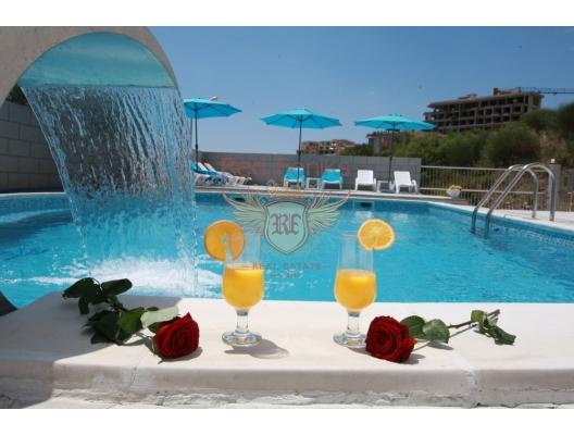 Budva şehrinde yüzme havuzlu otel.