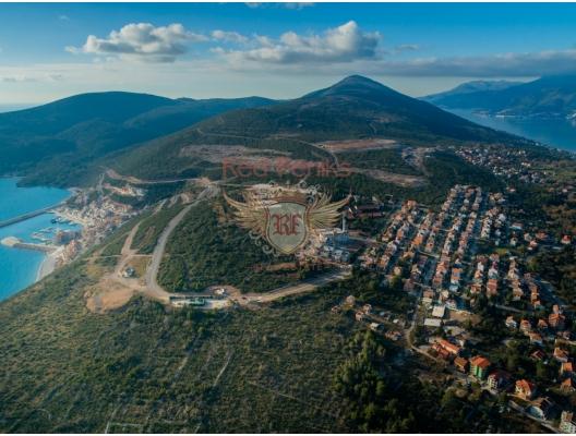 Lustica Bay, Karadağ'daki Lustica Yarımadası kıyısında kendi altyapısına sahip yeni büyük ölçekli bir konut kompleksidir.