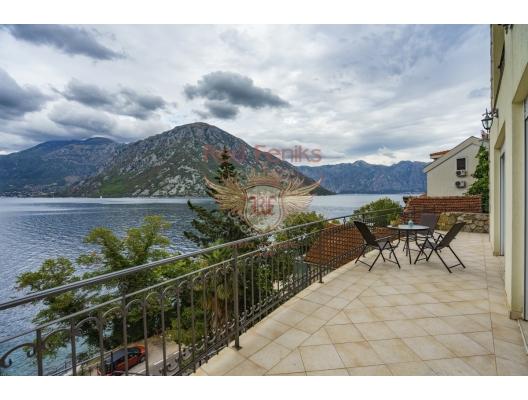 Spacious villa with a swimming pool in Kostanitsa on the shores of the Boka Kotorska Bay, house near the sea Montenegro