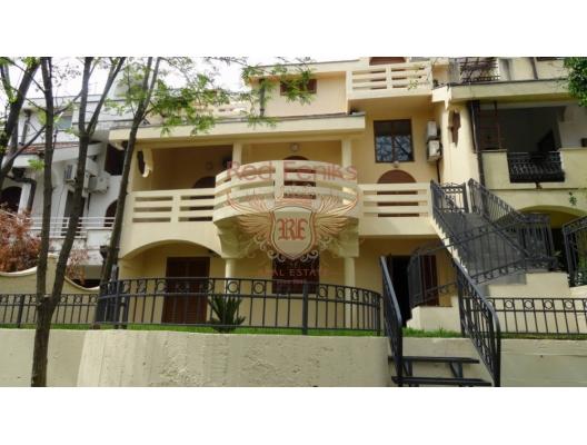 Özel Podgorica bölgesinde ev Evin binanın önünde bir garajı ve park yeri vardır.