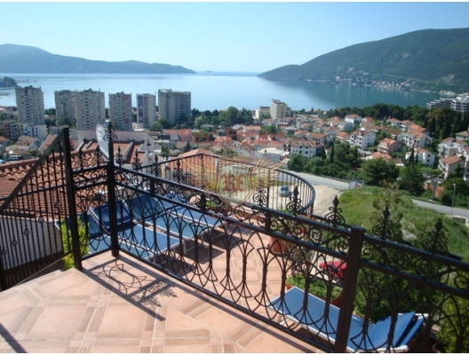 For sale apartment of 44m2, a separate bedroom, a kitchen-dining room, a living room, a bathroom and a terrace with a garden.