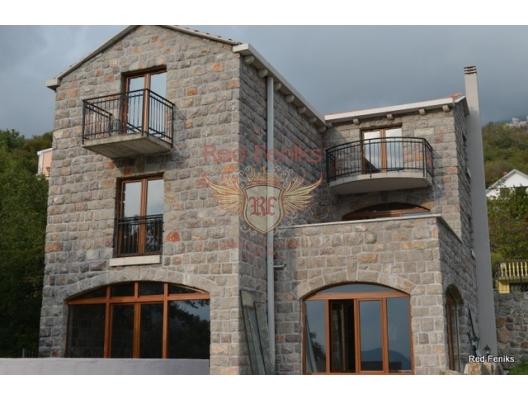 Satılık taş villa Markovici kasabasında, Budva sahil beldesine sadece 6 km mesafede bulunan Akdeniz tarzında inşa edilmiştir.