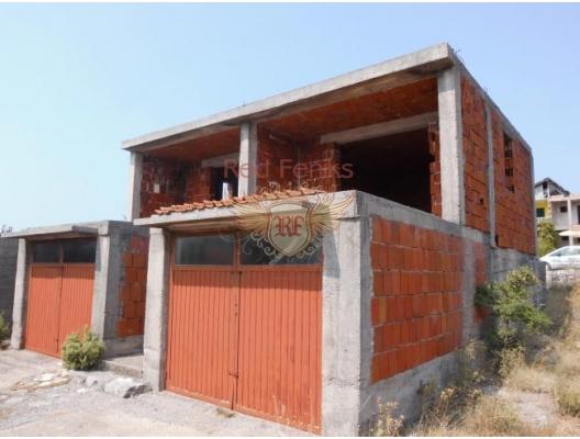 Toplam alanı 82 m2 olan tamamlanmamış ev + denize bakan iki teras (30 m2).