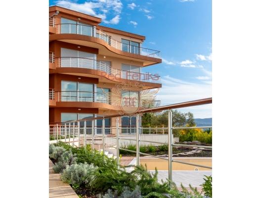 Birinci katta 90m² artı 30m² panoramik teras tamamen mobilyalı iki yatak odası ve iki banyo ile satılık büyük konforlu daire.