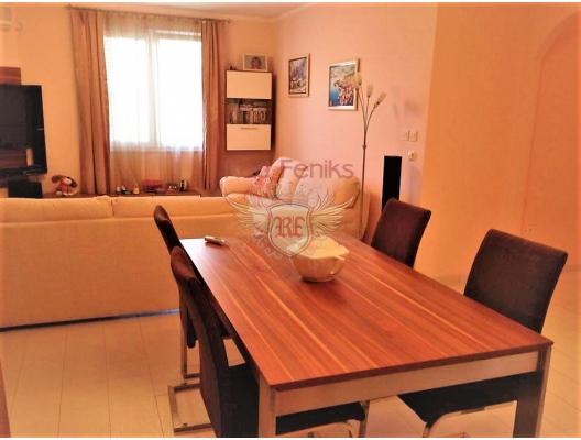 Dobrota'da havuzlu bir evde 3 yatak odalı deniz manzaralı daire, Dobrota da ev fiyatları, Dobrota satılık ev fiyatları, Dobrota da ev almak