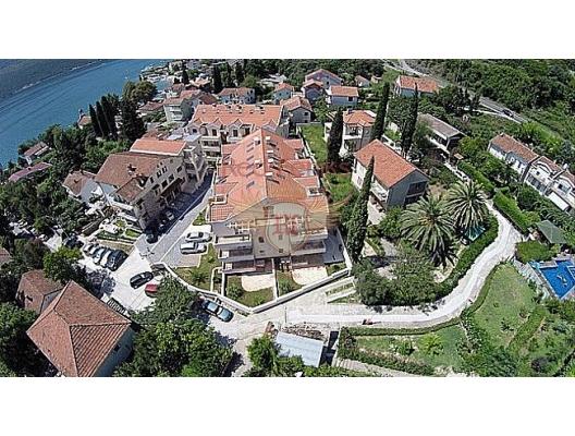 """Yeni karmaşık """"Riviera"""", sahilden sadece 80 metre uzaklıkta, sessiz ve yeşil bir köy olan Djenovici'de yer almaktadır."""