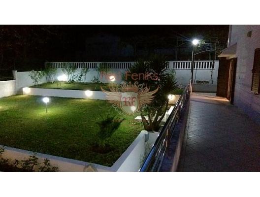 Bijela'nın pitoresk köyünde harika, güneşli bir ev, plajlarla sahil şeridine sadece yüz metre uzaklıktadır.