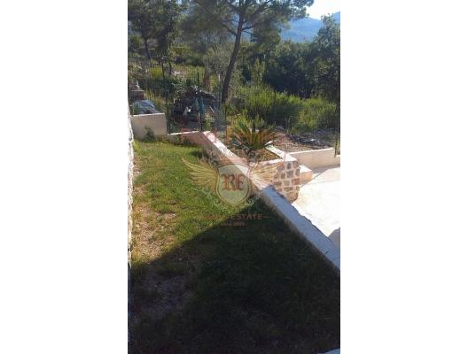 Herceg Novi'nin eski şehrinin sakin ve yeşil bir yerinde güzel bir ev, Karadağ da satılık havuzlu villa, Karadağ da satılık deniz manzaralı villa, Baosici satılık müstakil ev