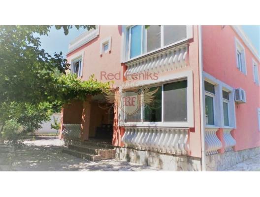 Pitoresk Sutomore köyünde satılık iki katlı ev.