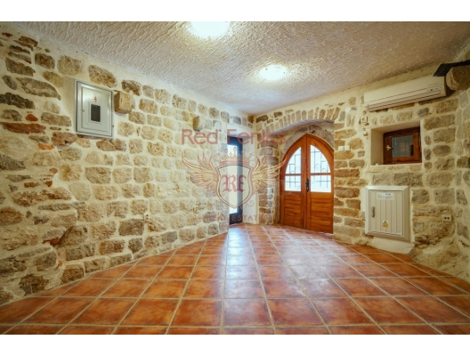Commercial premises for sale in the Old town of Kotor, Montenegro Renovated premises with an area of 31 square meters, equipped bathroom with shower, air conditioning, telephone, Internet.