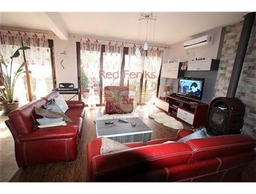 Three-storey house with an area of 236 m2, plot of 400 m2.