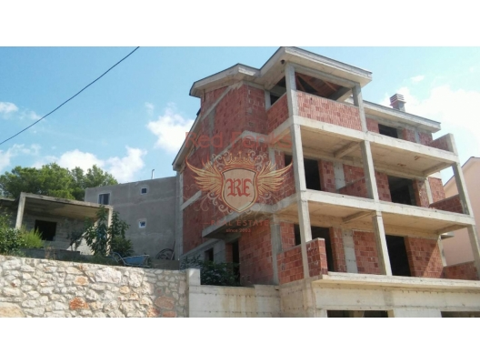 92 sq m house on the land of 374 sq m with the gorgeous view to Tivat Bay, electricity is near to the house, sepric, central water, due to permit its possible additionally to build 2 garages, that could be changed for living space.