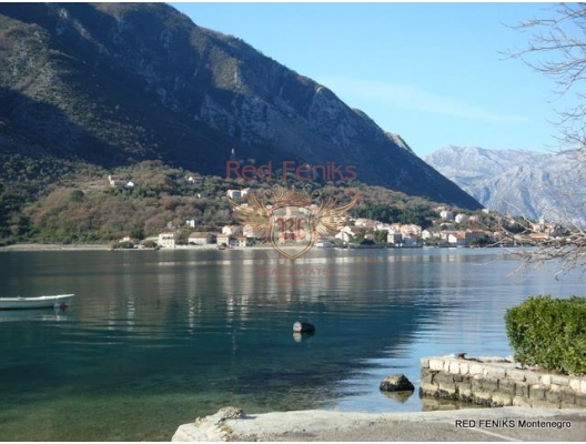 House for sale in Kotor Bay, on the first line, 2 floors + mansard.