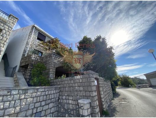 Rijeka Rezevici'de satılık güzel taş ev Karadağ'ın en güzel yerlerinden birinde güzel deniz manzaralı bir taş ev var.