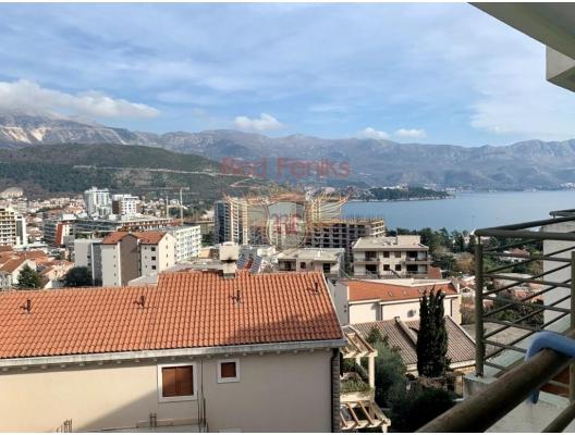 Budva şehir Karadağ turizm hayatının merkezinde yeni ve modern bir evde daireler.