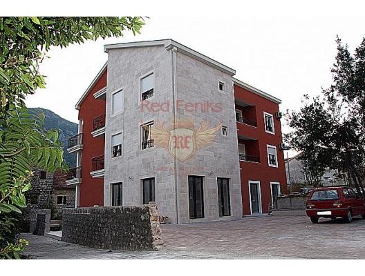 Yeni, küçük bir evde, Dobrota köyünün pitoresk bir köşesinde güneşli daireler satılıktır.