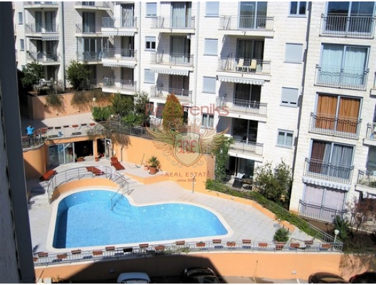 Sahildeki muhteşem manzaraya sahip daireler kompleksi, denizden 350 metre uzaklıktaki turistik kasaba Petrovac'ta yer almaktadır.