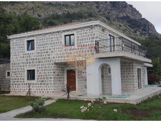 Villanın toplam alanı 300m2, arsanın toplam alanı 900m2'dir.