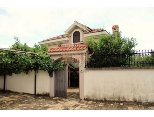 Kotor Körfesinde, Dobrota'da denize sıfır satılık Vila, Kotor-Bay satılık müstakil ev, Kotor-Bay satılık müstakil ev
