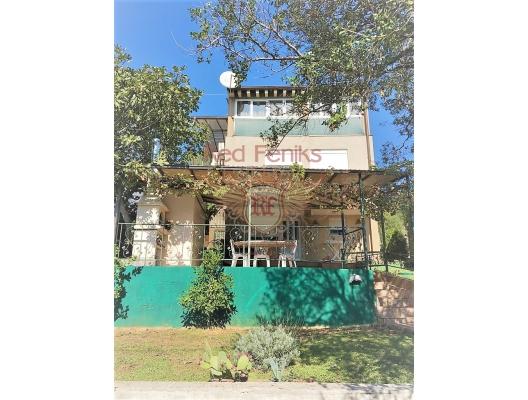 Bar, Kuniye mahallesi Bileo Brdo'da satılık üç katlı ev.