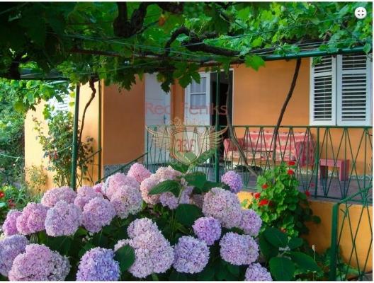 Ev alanı 103m2 Evde bir mutfak, oturma odası, iki yatak odası ve bir banyo bulunmaktadır.