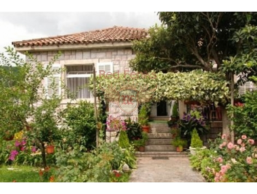 House for sale in Kamenari, located on a plot of 751m2.