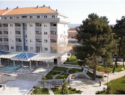 Tivat'ın tam merkezinde modern 5 katlı yeni bir bina bulunmaktadır.